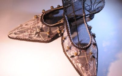 In haar schoenen